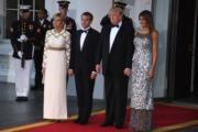 法國總統馬克龍(左二)與夫人布麗吉特(左)在美國展開國事訪問,獲美國總統特朗普(左三)與夫人梅拉尼婭(右)接待。(法新社)