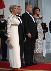 (左起)布麗吉特、馬克龍、特朗普、梅拉尼婭(法新社)