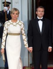 法國總統馬克龍(右)與夫人布麗吉特(左)(法新社)