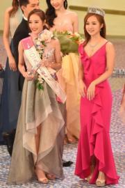 亞軍王菲從鄧卓殷手中接過最上鏡小姐獎項。(娛樂組攝)