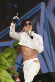 Kenny這身白色歌衫,上半身得半截,條褲還要開窿,認真透心涼呢﹗(鍾偉茵攝)