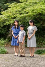 2017年8月14日,日本宮內廳發布悠仁王子(中)與姐姐真子公主(右)及佳子公主(左)的合照。(法新社/日本宮內廳)