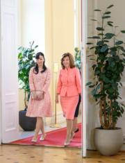 【日本佳子公主訪奧地利】2019年9月18日,佳子公主(左)與奧地利總理Brigitte Bierlein(右)(法新社)