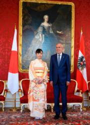 【日本佳子公主訪奧地利】2019年9月16日,佳子公主(左)穿上和服到訪維也納王宮,與奧地利總統范德貝倫(右) 見面。(法新社)