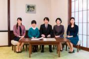 2018年11月10日,日本宮內廳發布秋篠宮文仁一家的合照。左起:真子公主、悠仁王子、文仁、紀子、佳子公主。(法新社)