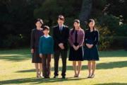 2018年11月10日,日本宮內廳發布秋篠宮文仁一家的合照。左起:紀子、悠仁王子、文仁、真子公主、佳子公主。(法新社)