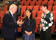 2018年6月11日,佳子公主(中)在英國列斯大學出席活動。(法新社)