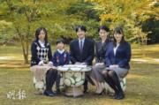 2013年11月,秋篠宮文仁一家五口合照。左起:佳子公主、悠仁王子、文仁、紀子、真子公主。(法新社)
