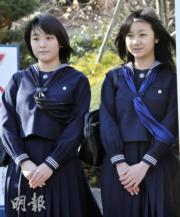 2010年3月,當時15歲的佳子公主(右)與姐姐、18歲的真子公主(左)分別初中及高中畢業。(法新社)