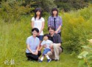 2010年8月,秋篠宮文仁一家五口到皇室牧場度假,前排左起:文仁、悠仁王子、紀子,後排左起:佳子公主、真子公主。(法新社)