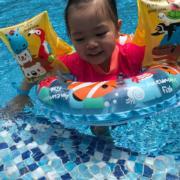 包包與陽光玩遊戲,游水消暑好開心。(facebook圖片)