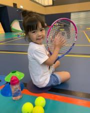包包都幾好動,原來她也愛打網球。(facebook圖片)