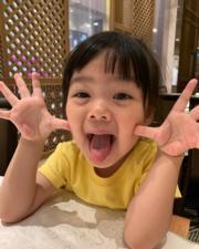 包包伸脷扮鬼臉,cute爆﹗(facebook圖片)