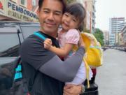 徐榮跟女兒包包面貼面,父女情深。(facebook圖片)