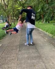 徐榮和女兒玩人肉鞦韆。(facebook圖片)