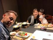徐榮和老婆及囡囡撐枱腳,好開心。(facebook圖片)