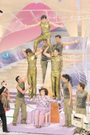 2001年,五名小生在肥姐(沈殿霞)手上玩疊羅漢。(資料圖片)