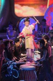 鄧萃雯於2009年在一眾猛男拱照下擊戰鼓。(資料圖片)