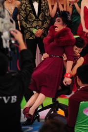 女裝陳豪坐着當年女友陳茵媺大髀呱呱大叫。(資料圖片)