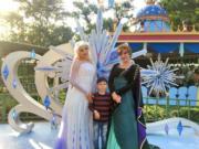 【A Disney Christmas@香港迪士尼】夢想花園魔雪奇緣小鎮:愛莎與安娜以《魔雪奇緣2》全新造型亮相。(黃詠賢攝)