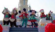 【A Disney Christmas@香港迪士尼】米奇與好友聖誕舞會:米奇和老友記穿上聖誕裝,一同載歌載舞。(黃詠賢攝)