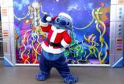【A Disney Christmas@香港迪士尼】史迪仔穿上聖誕老人裝,在「明日世界」和大家見面。(黃詠賢攝)