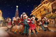 【A Disney Christmas@香港迪士尼】米奇和老友記穿上聖誕裝。(圖片由相關機構提供)