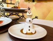 【A Disney Christmas@香港迪士尼】迪士尼樂園和酒店餐廳推出多款以《魔雪奇緣》為主題的飲品和甜品,圖為「小白白朱古力慕絲熱情果忌廉檸檬棉花糖」。(黃詠賢攝)