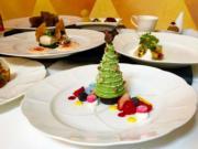 【A Disney Christmas@香港迪士尼】迪士尼內多間餐廳推出聖誕節日美食,酒店的華特餐廳推出聖誕晚餐,有聖誕樹造型的甜品。(黃詠賢攝)