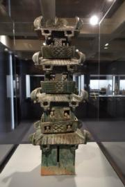 香港藝術館「公私兩全──中國文物館藏與捐贈」展覽,圖為綠釉陶望樓(何芍盈攝)