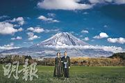 C君富士山下影婚照 深情對望最尷尬