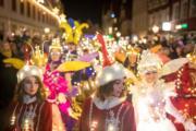 【世界各地迎聖誕2019】2019年11月30日,在德國北部的街道上,有人穿着燈飾聖誕服裝參與夜間巡遊。(法新社)