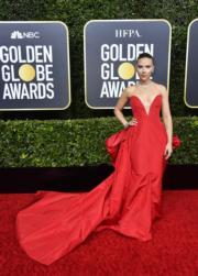 《婚姻故事》史嘉麗祖安遜穿著火紅色Vera Wang。