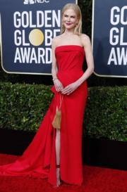 《小謊言》妮歌潔曼穿著紅色Atelier Versace,讓她皮膚看來更白皙。