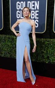 《星夢女神:茱地嘉蘭》雲妮絲維嘉穿著藍色Armani Prive踏上頒獎台。