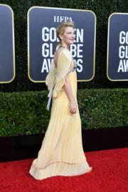 《走佬阿媽》姬蒂白蘭芝這襲淡黃色Mary Katrantzou,造型特別。