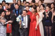 在《愛‧回家之開心速遞》演丹爺女兒的呂慧儀,恭賀「爸爸」獲獎。(娛樂組攝)