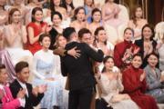 張振朗獲得「飛躍男」獎,跟好兄弟王浩信相擁。(娛樂組攝)