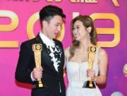 出爐最佳男/女配角周嘉洛和趙希洛,在後台喜相逢,互相道賀。(娛樂組攝)
