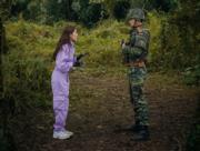 孫藝珍玩滑翔傘遇上龍捲風,被迫降落朝鮮邊境,遇上當值的軍人玄彬。(tvN/Netflix劇照)