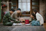 習慣富貴生活的孫藝珍,對日常生活要求多多,稱要吃肉類,玄彬也一一滿足對方。(tvN/Netflix劇照)