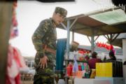 玄彬專登到市集為孫藝珍添置日用品,展現細心一面。(tvN/Netflix劇照)