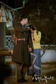 孫藝珍被村民發現,玄彬稱呼她為未婚妻,藉此解困。(tvN/Netflix劇照)
