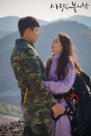 孫藝珍心急想返回韓國,拿着滑翔傘出發,險被朝鮮軍人發現,幸玄彬相助。(tvN/Netflix劇照)