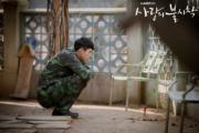 孫藝珍送給玄彬小樹苗,並要求他每天向樹苗說十句好話,成為二人的定情物。(tvN/Netflix劇照)