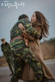 玄彬送孫藝珍去平壤機場時遇上襲擊,玄彬飛身為她擋下子彈。(tvN/Netflix劇照)