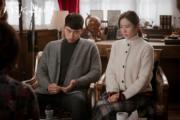 身為朝鮮高官的玄彬父親,暗中帶走孫藝珍,安排她在家暫住,繼而送她往邊境,準備返回韓國。(tvN/Netflix劇照)