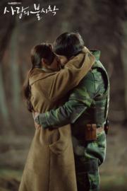 玄彬送孫藝珍到邊境,二人依依不捨地分開。(tvN/Netflix劇照)