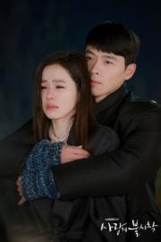 孫藝珍以為玄彬完成任務離開韓國,在生日當天發現玄彬失去蹤影後嚎啕大哭,玄彬從後送抱安慰。(tvN/Netflix劇照)