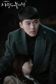 玄彬追擊朝鮮逃犯時,孫藝珍為他擋子彈,受重傷昏迷。(tvN/Netflix劇照)